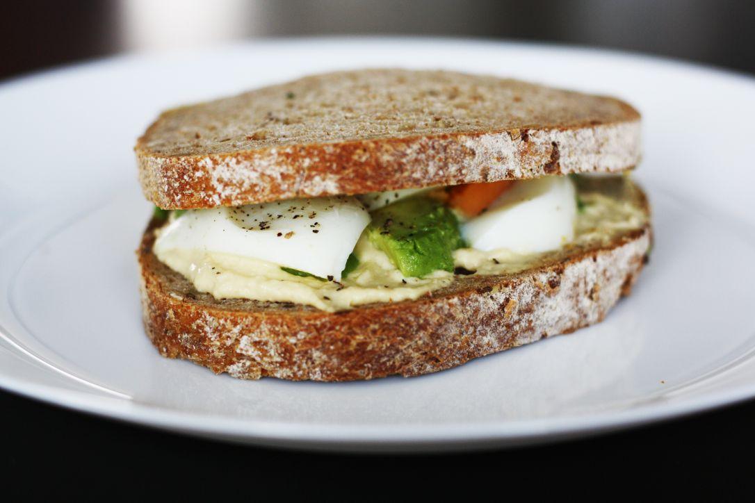 Sandwich ei, hummus en avocado Healthiness Online