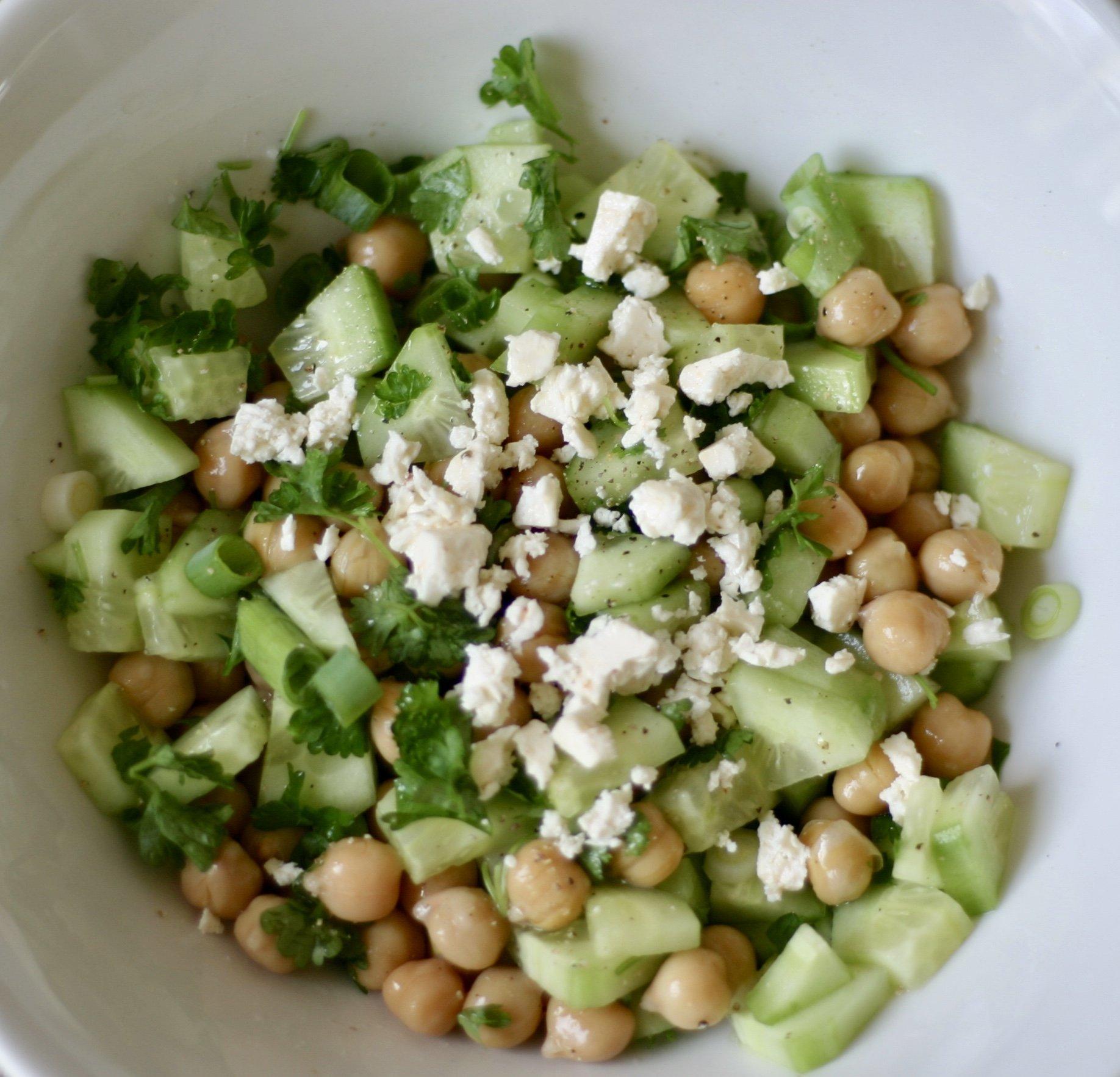 Lunchtip: komkommersalade met feta en kikkererwten